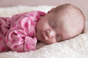 Un lit bébé en plexiglass pour des nuits sans danger